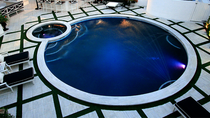 A perfect circle swimming pool and spa for a perfect evening of entertainment.